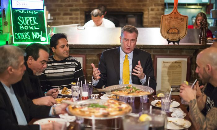 New York City Mayor Bill de Blasio dines at Goodfellas Pizza with Staten Island residents on Staten Island, New York, on Jan. 10, 2014. (Rob Bennett for the Office of Mayor)