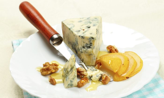 Blue cheese with pears and walnuts. ( AD077 /Photos.com)