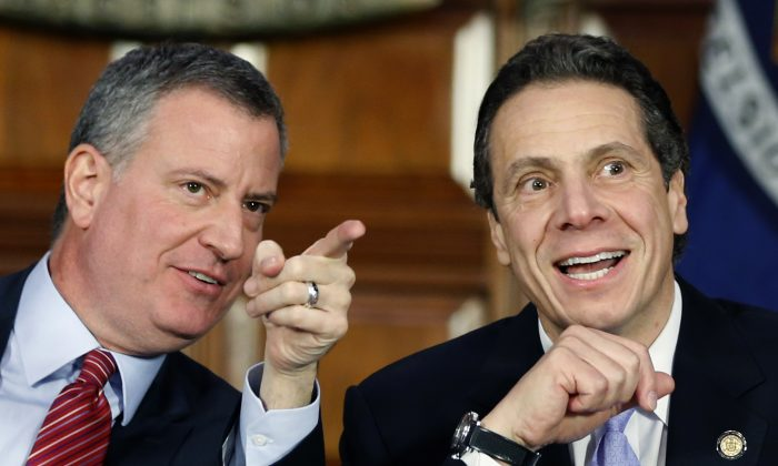 New York City Mayor Bill de Blasio (L) and New York Gov. Andrew Cuomo at the Capitol in Albany, N.Y., Jan. 27, 2014.  (AP Photo/Mike Groll)
