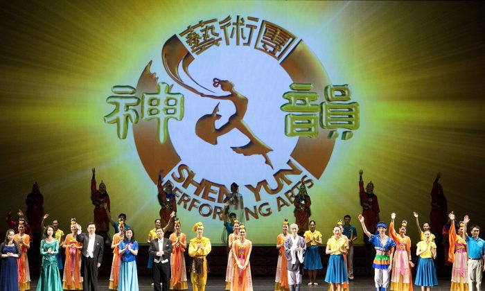 The cast of Shen Yun Performing Arts says goodbye to the audience of its Friday night show at the National Arts Centre, Jan. 3, 2014. (Evan Ning/Epoch Times)