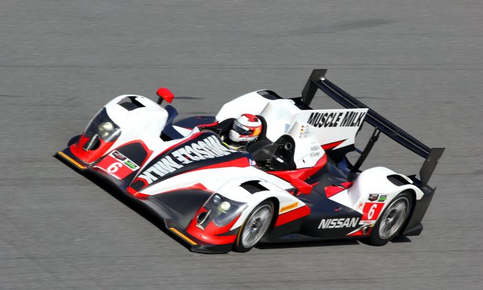 The Muscle Milk Oreca-Nissan negotiates the banking at Daytona International Speedway during the final session of the TUSCC Roar Before the Rolex 24. (Chris Jasurek/Epoch Times)
