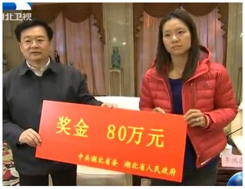 Li Na received a 800,000-yuan check from Communist Party chief Li Hongzhong in Wuhan city on Jan. 27, after winning the Australian Open. (Screenshot/HBTV via ECNS)