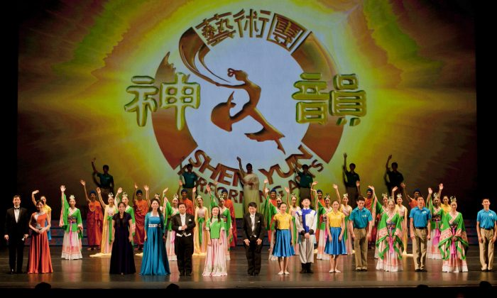Shen Yun Performing Arts' curtain call in Dallas, on Dec. 16, 2011. (Chen Xiao Xiao/Epoch Times)
