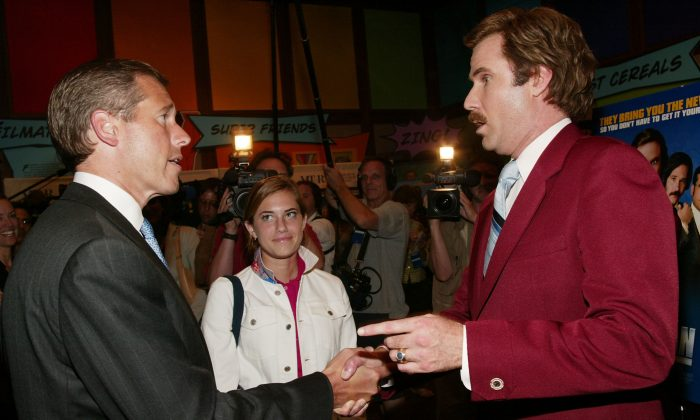 """NBC News Anchor Brian Williams chats with actor Will Ferrell aka Ron Burgundy after a special screening of the film """"Anchorman: The Legend of Ron Burgundy"""" in New York on July 7, 2004. (Evan Agostini/Getty Images)"""