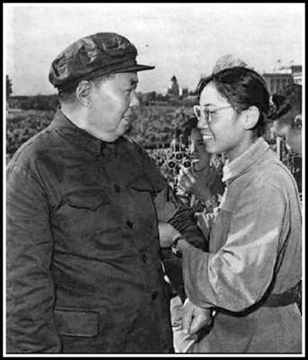 Song Binbin (R) is putting a Red Guard armband on Chairman Mao Zedong's (L) arm at Tiananmen on Aug. 18, 1966. (Screenshot/163.com/Epoch Times)