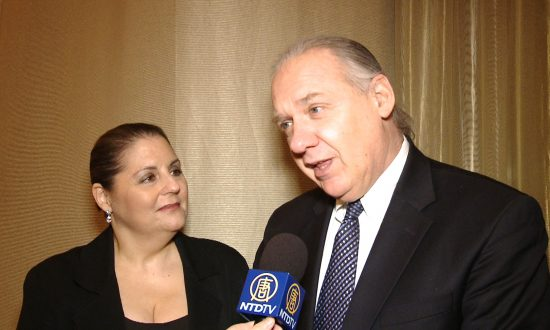 Shen Yun Performance Brings Happiness to Attorney