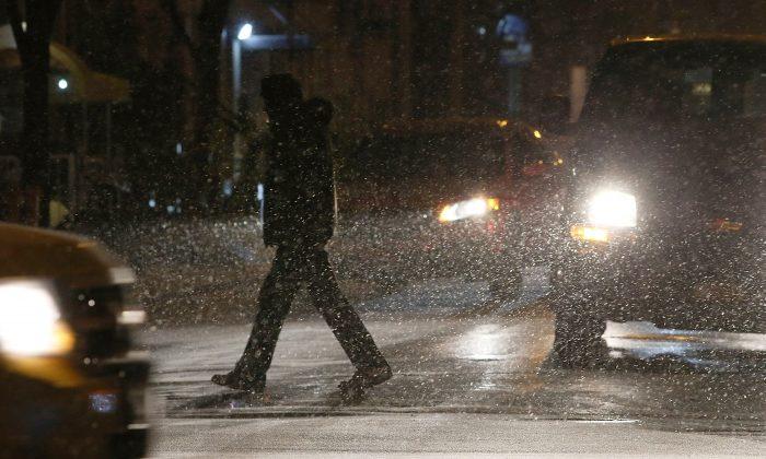 A pedestrian crosses the street in New York City, Jan. 2, 2014. (Spencer Platt/Getty Images)