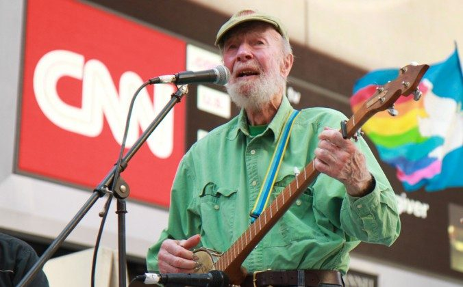 """""""Folk Singer Pete Seeger sings at New York City EcoFest in Times Square, Aug. 25, 2013. (Ben Chasteen, Epoch times)"""