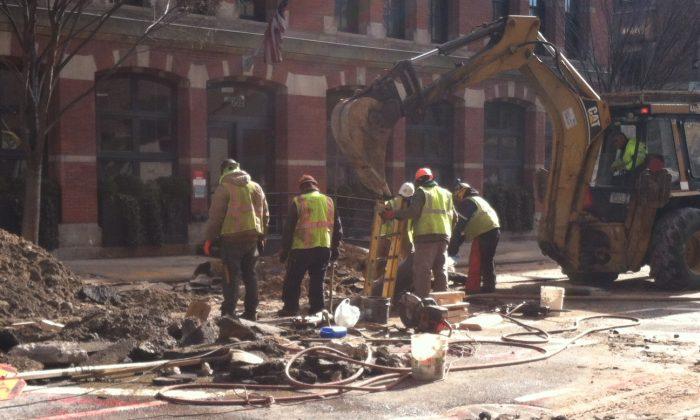 New York crews repair the water main break at Greenwich St., Jan. 28 (Genevieve Belmaker/Epoch Times)