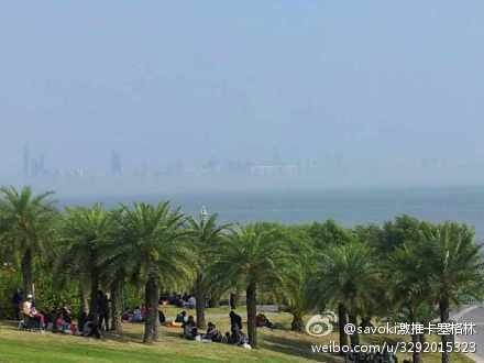 A photo posted on Weibo shows a mirage that appeared in Shenzhen for five minutes on Feb. 2, the third day of the Chinese New Year. People saw a row of buildings floating above the ocean. (Weibo.com)