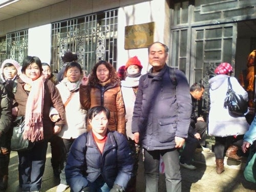 [Sixty-two petitioners gathered at the CCP Ministry of Finance on Feb. 8 demanding that the ministry publicize the whereabouts of relief funds from 2004 to 2014. (From Human Rights Campaign in China)]
