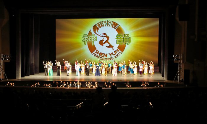 On Feb. 9, Shen Yun Performing Arts International Company presented the second performance in Suwon, South Korea. Artists received a prolonged standing ovation. (Quan Yu/Epoch Times)