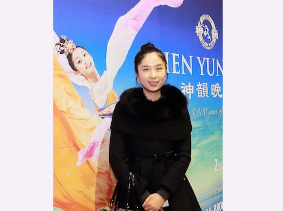 Korea ballerina Lee Jihyang poses with a Shen Yun poster. (Quan Yu/Epoch Times)