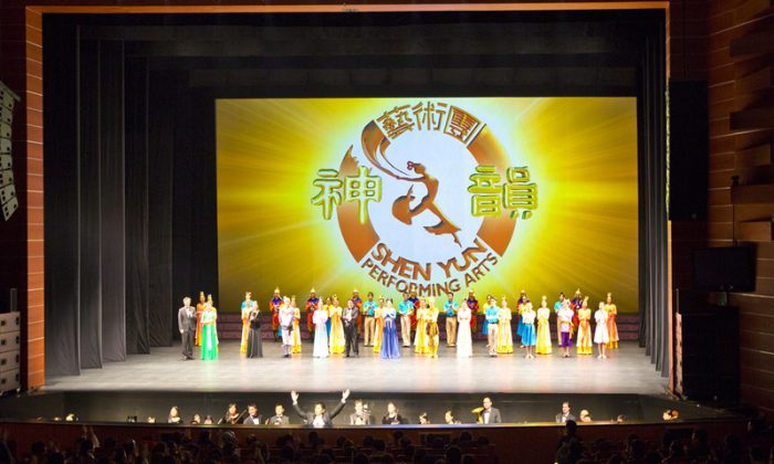 Shen Yun Performing Arts International Company's curtain call at Suseong Artpia in Daegu, South Korea, on the evening of Feb. 15. (Quan Yu/Epoch Times)