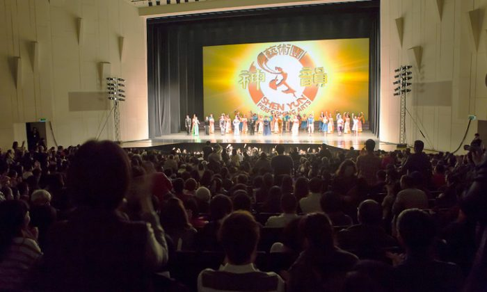 Shen Yun Performing Arts International Company's curtain call at the Tainan Municipal Cultural Center, on Feb. 22. (Chen Ting/Epoch Times)