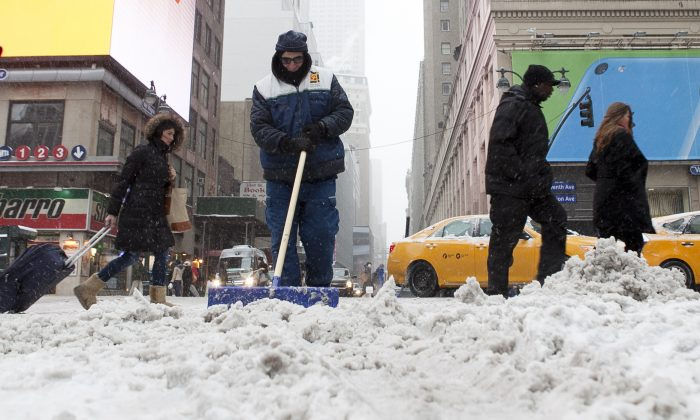 New Yorkers shovel and trek through snow in the city, Jan. 21, 2014. (Samira Bouaou/Epoch Times)