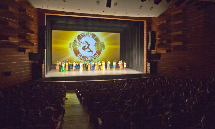 Shen Yun Performing Arts International Company's curtain call at the Suseong Artpia, in Daegu, South Korea. (Quan Jinglin/Epoch Times)