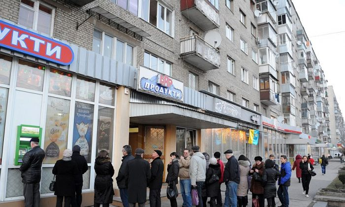 People line up to withdraw money from an ATM in the western Ukrainian city of Lviv, Feb. 20. (Yuriy Dyachyshn/AFP/Getty Images)