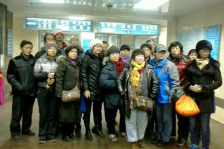 Activists gather at the Beijing hospital where rights defender Cao Shunli was hospitalized in critical condition on Feb. 16. The rights defenders in the photo were not allowed to see Cao. She had been denied medical treatment while in detention, and was in a coma by the time authorities took her to an emergency facility. (Sound of Hope)