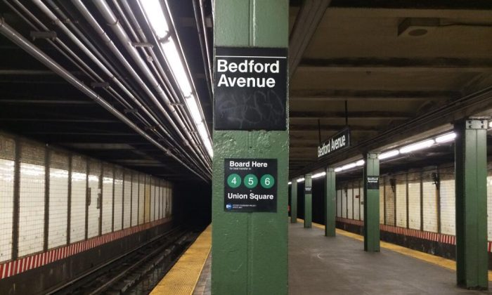 A transfer sign installed by  the Efficient Passenger Project on the L train line's Bedford Avenue station. (EPP)