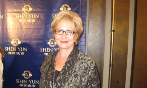 Author Says Shen Yun 'Will make your heart smile'