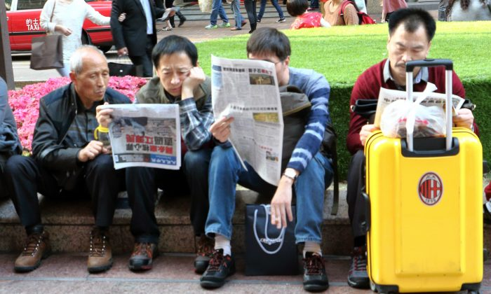 During the Chinese New Year mainlanders create a scene in Hong Kong by rushing to grab Epoch Times newspapers and read in the streets. (Choi Ying-man/Epoch Times)