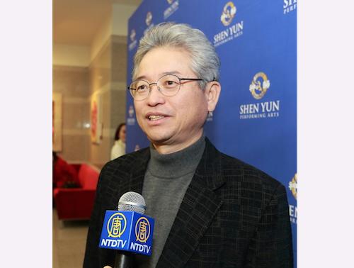 Lee Chulwoo, member of South Korea National Assembly, enjoys Shen Yun Performing Arts at Suseong Artpia, in South Korea. (Quan Yu/Epoch Times)