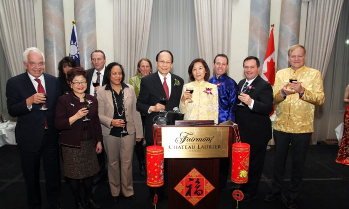 (L-R)Liberal MP John McCallum; Donna Duncan; Alice Wong, Minister of State (Seniors); John Duncan, Minister of State and Chief Government Whip; NDP MP Sadia Groguhé, Donna Weston, Chih-Kung Liu, Representative of the Taipei Economic and Cultural Office in Canada, and his wife, Mrs. Huey-Pyng Liu; Conservative MP John Weston, Chair of the Canada-Taiwan Parliamentary Friendship Group; Jason Kenney, Minister of Employment and Social Development and Minister for Multiculturalism; and NDP MP Peter Julian toast the Chinese New Year at Taiwan Night 2014 held at the Fairmont Château Laurier on Feb. 12. (Courtesy of the Taipei Economic and Cultural Office)