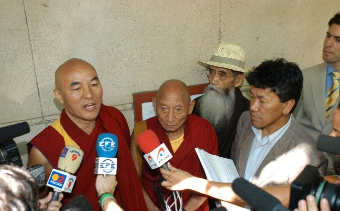 (L to R) Thubten Wangchen (victim and individual plaintiff), Palden Gyatso (victim), Takna Jigme Sangpo (victim), Kalsang Phuntsok (Director at the time of the Tibetan Youth Congress), stand in front of the Spanish National Court (Audiencia Nacional) after filing a complaint for genocide on June 28, 2005. On Feb. 6, 2014 the National Court issued arrest warrants in the case. (Carlos Sánchez/Tibet Support Committee)