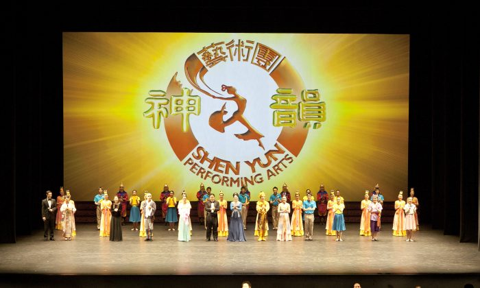 Shen Yun Performing Arts International  Company's curtain call at the New National Theatre Playhouse, in Tokyo. (Epoch Times)