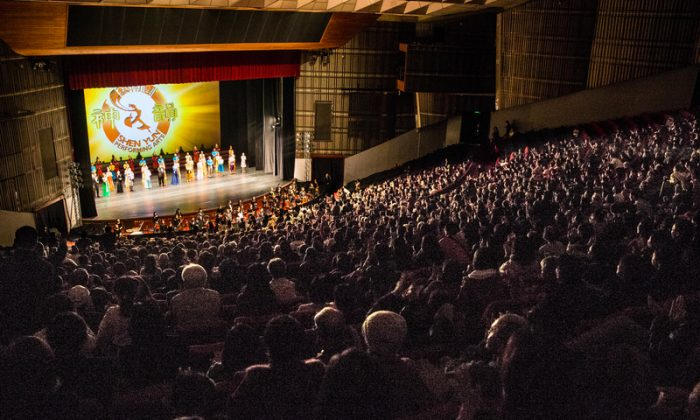 Shen Yun Performing Arts International Company's full-house show at the National Dr. Sun Yat-sen Memorial Halls on Feb. 27, 2014. (Chen Bozhou/Epoch Times)