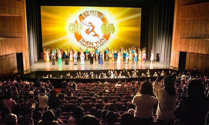Shen Yun Performing Arts International Company's curtain call at Keelung City Cultural Center, on the evening of March 8, 2014. (Chen Bozhou/Epoch Times)