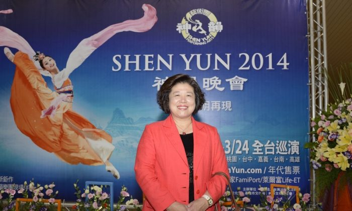 Ms. Tsai Jing-Ying enjoys Shen Yun Performing Arts International Company's performance in Taichung, on March 15, 2014. (Su Yufen/Epoch Times)