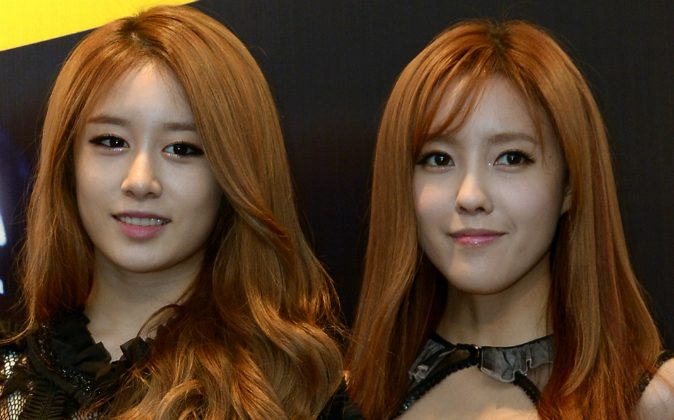 Jiyeon (L) and HyoMin (R) (MOHD RASFAN/AFP/GettyImages)