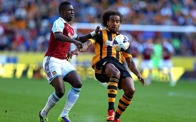 Tom Huddlestone of Hull City controls the ball as Modibo Maiga of West Ham closes in during the Barclays Premier League match between Hull City and West Ham United at KC Stadium on September 28, 2013 in Hull, England. (Photo by Matthew Lewis/Getty Images)