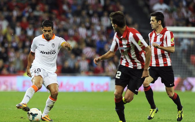 Valencia's Portuguese defender Ricardo Costa (L) vies with Athletic Bilbao's defender Enric Saborit (C) and Athletic Bilbao's midfielder Markel Susaeta (R) during the Spanish league football match Athletic Club Bilbao vs Valencia CF at the San Mames stadium in Bilbao on Oct. 6, 2013.   (RAFA RIVAS/AFP/Getty Images)