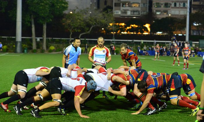 Who will crack under pressure? HKCC (right) and Valley are poised for an intense HKRFU Premiership Grand Final this weekend. The two teams are seen here in their Jan 7, 2014 match where Valley won by the narrowest of margins 22-21. (Bill Cox/Epoch Times)