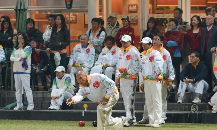 More than 400 men and women bowlers participated in the annual Tiger Bowls tournament last weekend at various venues throughout Hong Kong. The 2-day competition is the only commercial bowls event in Hong Kong and attracts bowlers from a number of countries to join. The men's competition was won by the China team and the women's title was won by Club de Recreio. Photo shows China player Ye Sui Ying delivering in the Final against Kowloon Cricket Club. (Mike Worth)