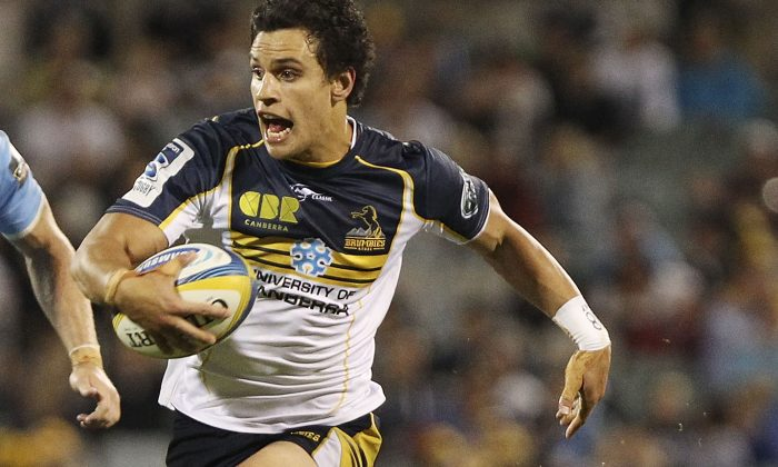 Brumbies fly-half Matt Toomua runs on air as Waratahs half-back Nick Phipps eats dirt during their Round 5 Super Rugby match on Mar 15, 2014. The Brumbies won 28-23. (Stefan Postles/Getty Images)