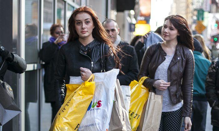 Women shop in Midtown Manhattan, New York, March 26, 2014. (Samira Bouaou/Epoch Times)
