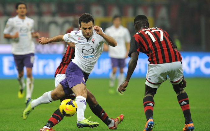 Giuseppe Rossi (C) of ACF Fiorentina is tackled during the Serie A match between AC Milan and ACF Fiorentina at Stadio Giuseppe Meazza on November 2, 2013 in Milan, Italy. (Photo by Valerio Pennicino/Getty Images)
