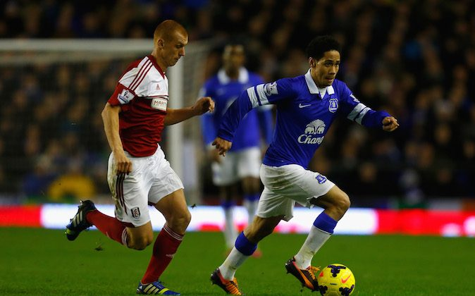 Steve Sidwell of Fulham competes with Steven Pienaar of Everton during the Barclays Premier League match between Everton and Fulham at Goodison Park on December 14, 2013 in Liverpool, England. (Photo by Paul Thomas/Getty Images)