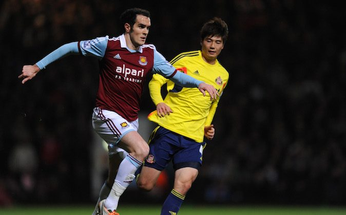 Joey O'Brien of West Ham is pursued by Ki Sung-Yueng of Sunderland during the Barclays Premier League match between West Ham United and Sunderland at Boleyn Ground on December 14, 2013 in London, England. (Photo by Steve Bardens/Getty Images)