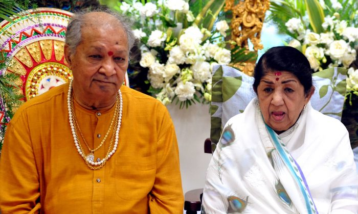 Lata Mangeshkar, right, with Indian classical flutist Pandit Hariprasad Chaurasia in a February 2014 file photo. (AFP/Getty Images)