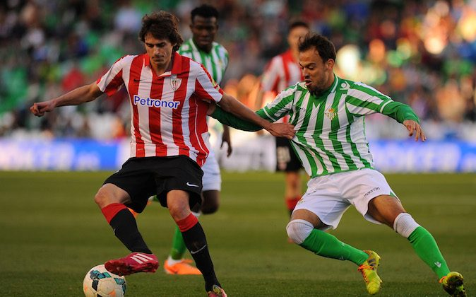 Athletic Bilbao's midfielder Ander Iturraspe (L) vies for the ball Betis' defender Matilla during the Spanish league football match Real Betis Balompie vs Athletic Club Bilbao at the Benito Villamarin stadium in Sevilla on February 23, 2014. (Jorge Guerrero/AFP/Getty Images)