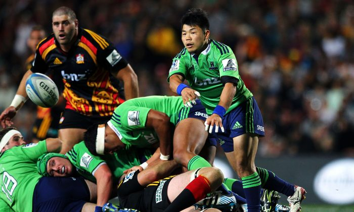 Fumiaki Tanaka of the Highlanders with a pass during the round three Super Rugby match between the Chiefs and the Highlanders at Waikato Stadium on March 1, 2014 in Hamilton, New Zealand. (Anthony Au-Yeung/Getty Images)
