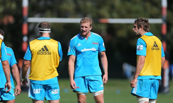 Dominic Bird (C) talks to his team mates during a Crusaders Super Rugby training session at Rugby Park on March 6, 2014 in Christchurch, New Zealand. (Martin Hunter/Getty Images)