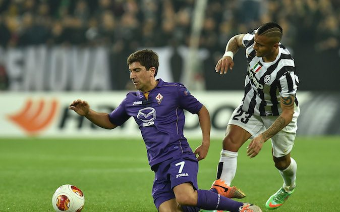 Arturo Vidal (R) of Juventus tackles David Pizarro of ACF Fiorentina during the UEFA Europa League Round of 16 match between Juventus and ACF Fiorentina at Juventus Arena on March 13, 2014 in Turin, Italy. (Photo by Valerio Pennicino/Getty Images)