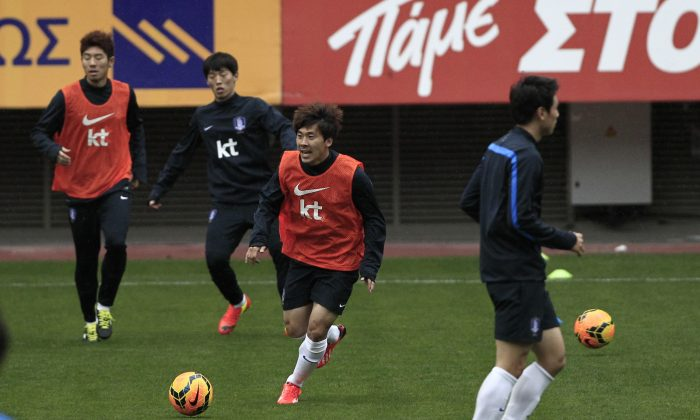 South Korea's players play with the ball during a training at Georgios Karaiskakis stadium in Piraeus port, near Athens, Tuesday, March 4, 2014. South Korea will play against Greece on Wednesday as part of both teams preparation for the World Cup in Brazil. (AP Photo/Thanassis Stavrakis)
