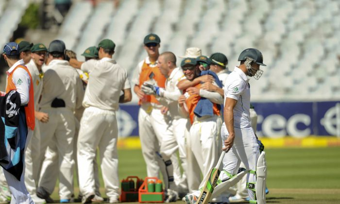 Australians celebrate the wicket of Faf du Plessis, right, during the fifth day of the third cricket test against South Africa in Cape Town, South Africa, Wednesday March 5, 2014. (AP Photo)